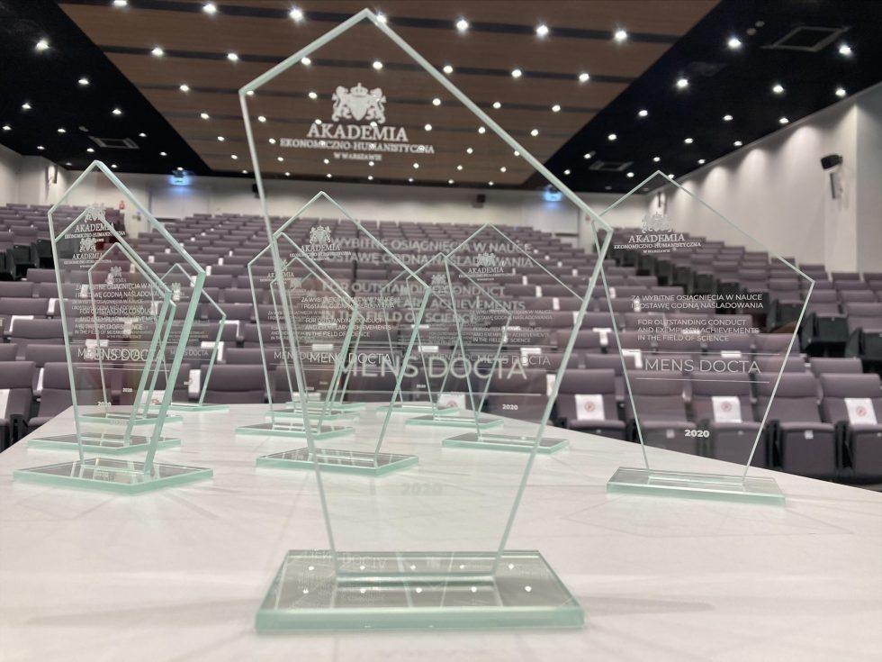 Нагороди Mens Docta 2021 для найкращих випускників AEH. Заявки